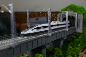 """铁路员工制作高铁场景模型 """"致敬""""渝贵铁路通车"""
