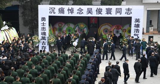 四川威远消防战士为执行任务牺牲 万余民众夹道送别