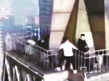 3名年轻人爬上228米高楼顶跳舞 被警方带走