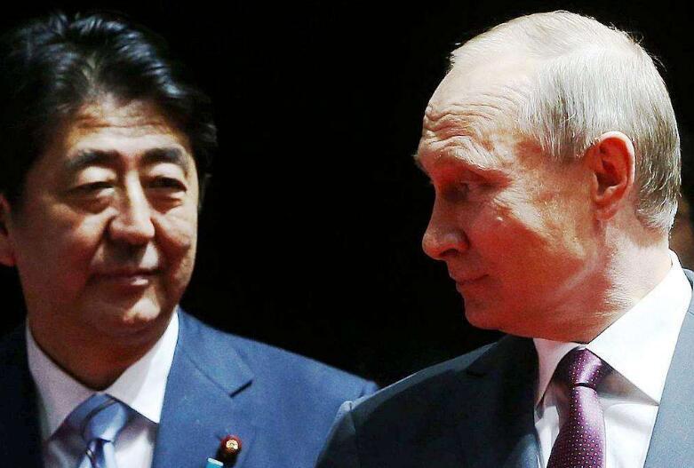 """改变策略?安倍或考虑""""保两岛""""与俄缔和约"""