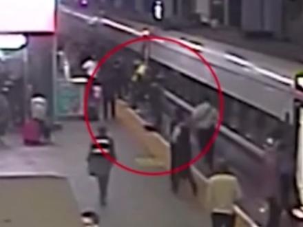 """帅!3岁男童跌落火车站台缝隙 乘警纵身跳下""""秒救"""""""