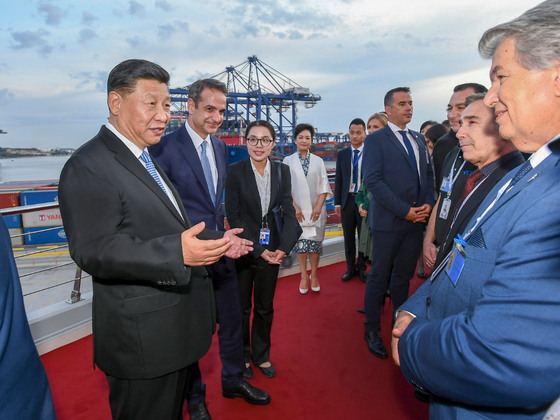 习近平和希腊总理米佐塔基斯共同参观中远海运比雷埃夫斯港项目