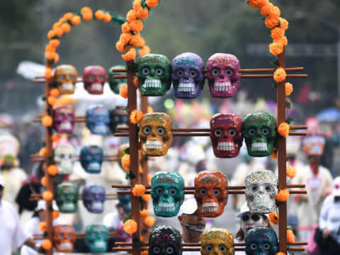 墨西哥城举行亡灵节游行