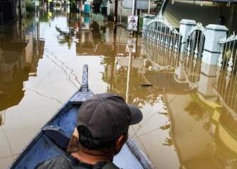 暴雨袭击印尼巴布亚省引发洪水 致至少42人死亡