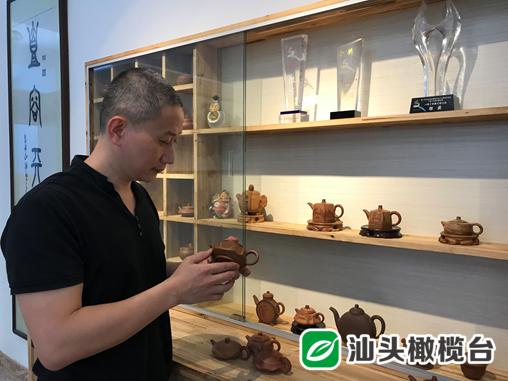 一手硬功夫!潮州这位工艺美术师制作的手拉朱泥壶,展现出天然纹理之美!
