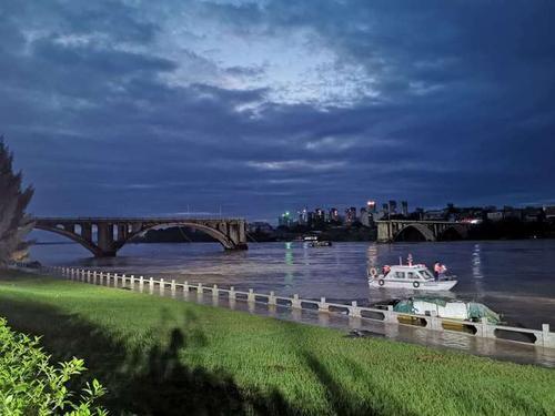广东河源紫金桥垮塌现场搜救仍在继续进行
