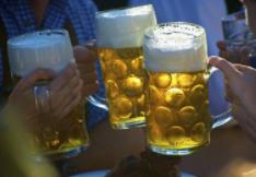 """小伙天天喝啤酒,把自己喝进医院,膝盖内全是""""牛奶""""状液体"""