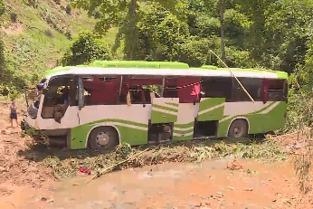 当地华人为老挝车祸受伤国人献血