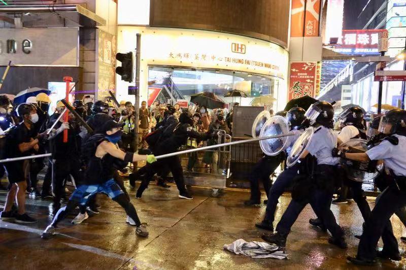 直击香港荃湾暴乱:港警鸣枪示警 出动水炮车