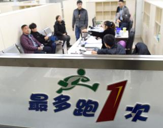 西安一市民两次冒雨办社保还被骂 涉事人员被辞退