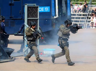 """香港警方追剿暴徒""""屠龙小队""""再拘9人 22人已落网"""