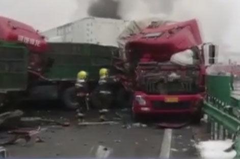 包茂高速陜西銅川段43車相撞 目前已造成4人死亡6人受傷