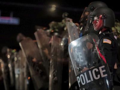 警察跪殺男子點燃美國種族怒火 有人開始焚燒美國國旗……