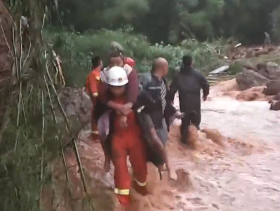 强降雨致四川14条江河20站水位涨幅超5米 逾10万人受灾