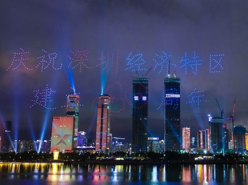 深圳湾畔上演无人机灯光秀