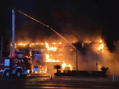 广东河源一车行发生火灾 多辆小车被烧毁