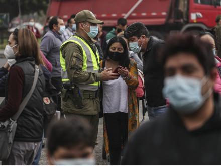 智利20歲以下年輕人新冠感染占比為何翻倍?專家解讀